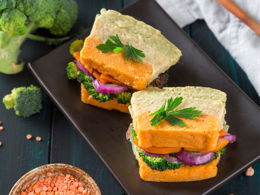 Sandwich di polentina con broccoli, zucca e cipolla caramellata