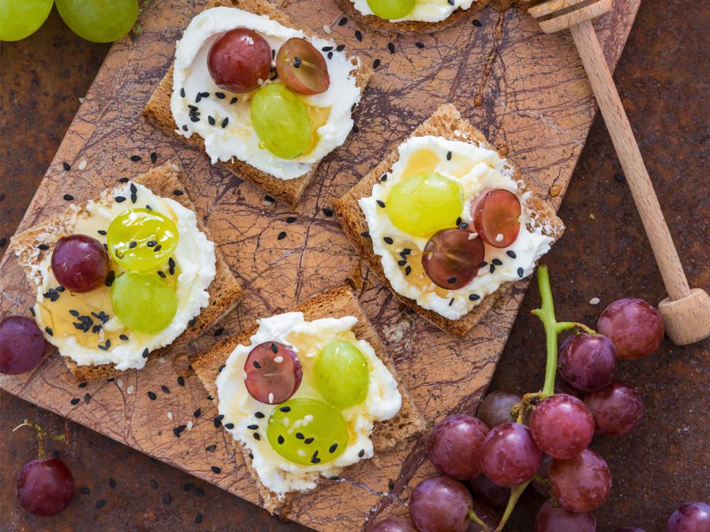 Tartine uva e robiola