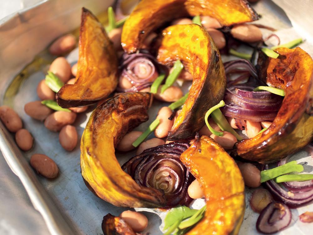 Zucca al forno con fagioli in agrodolce, cipolla, avocado e formaggio